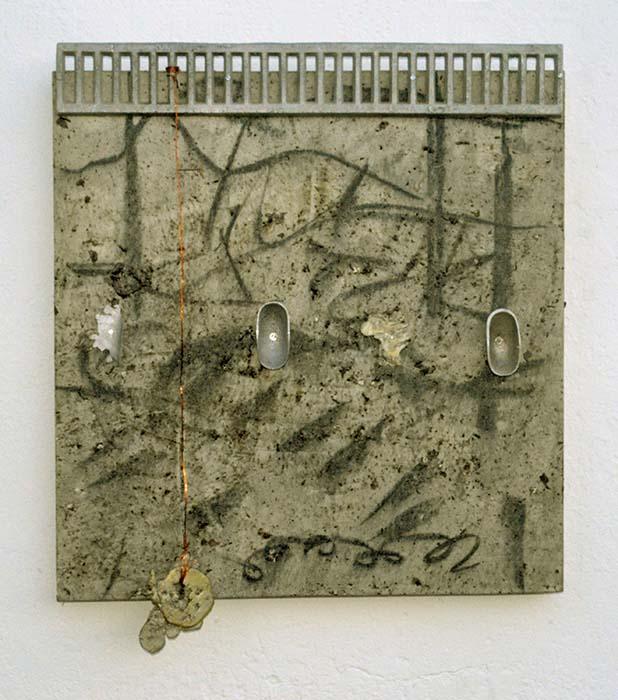 Limítrofes 02, 2001 Carvão, grafite, chás, resina acrílica, alumínio,estanho, cobre, etc (82 x 70 x 9 cm)