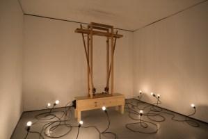PAULO NENFLIDIO Experimento Quase Curto, 2018 Pêndulos de madeira, solenóide, fios elétricos, lâmpadas, dimmer e disjuntor (dimensões variáveis) Foto_ Edouard Fraipont 4