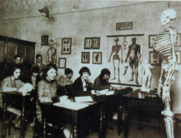 Mulheres na história da arte; Aula de anatomia no Instituto de Artes da UFRGS em 1928, uma escola inspirada no modelo da Academia Imperial de Belas Artes.