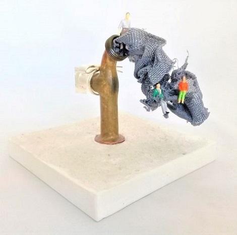 Claudia Seber. Aguadeiro (2020) - 15 x 15 x 12 cm - (cimento branco;torneira, nylon,sucatas,material de maquete,espelho)- R$ 400,00