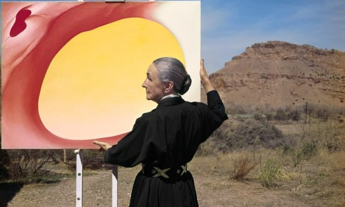 Abiquiu, Novo México (1960): Georgia O'Keeffe segurando uma de suas obras. Créditos: Tony Vaccaro / Getty Images