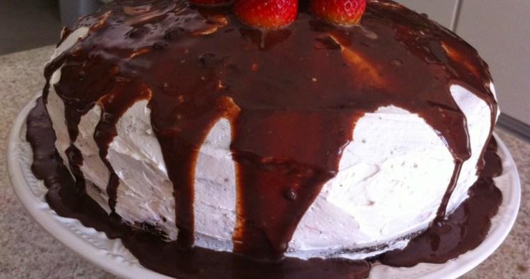 Bolo de Chocolate com Morangos, Brigadeiro e Chantili!!!