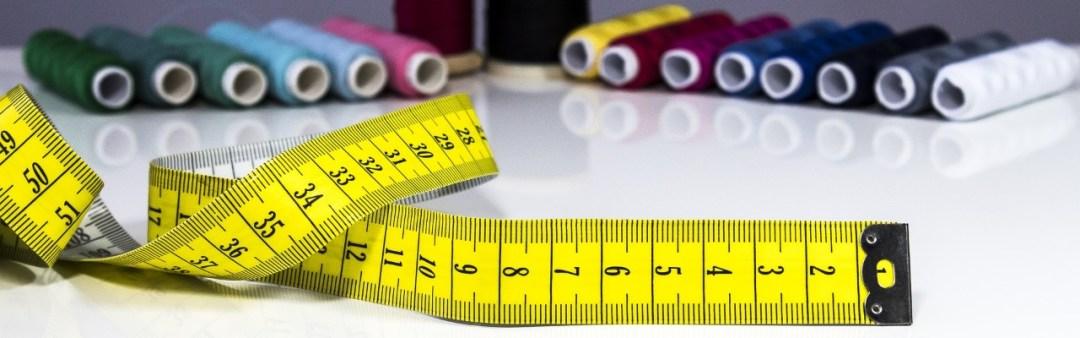 Fita métrica e linhas de costura