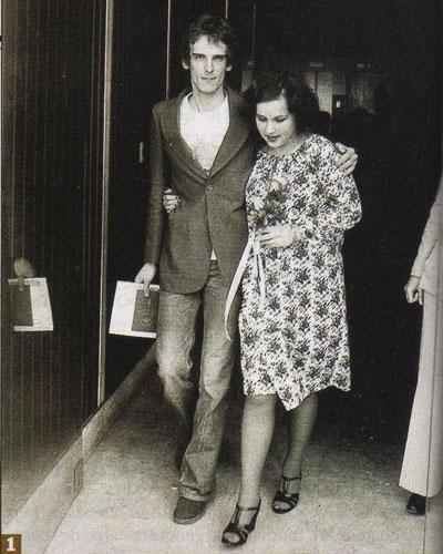 Luis en 1974, saliendo del Registro Civil junto a su primera mujer, Patricia Salazar. con quien tuvo a sus cuatro hijos.