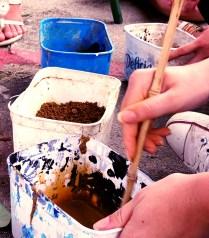 misturando as terras para fazer tinta
