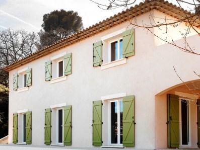 Photo villa avec volets à barres écharpes