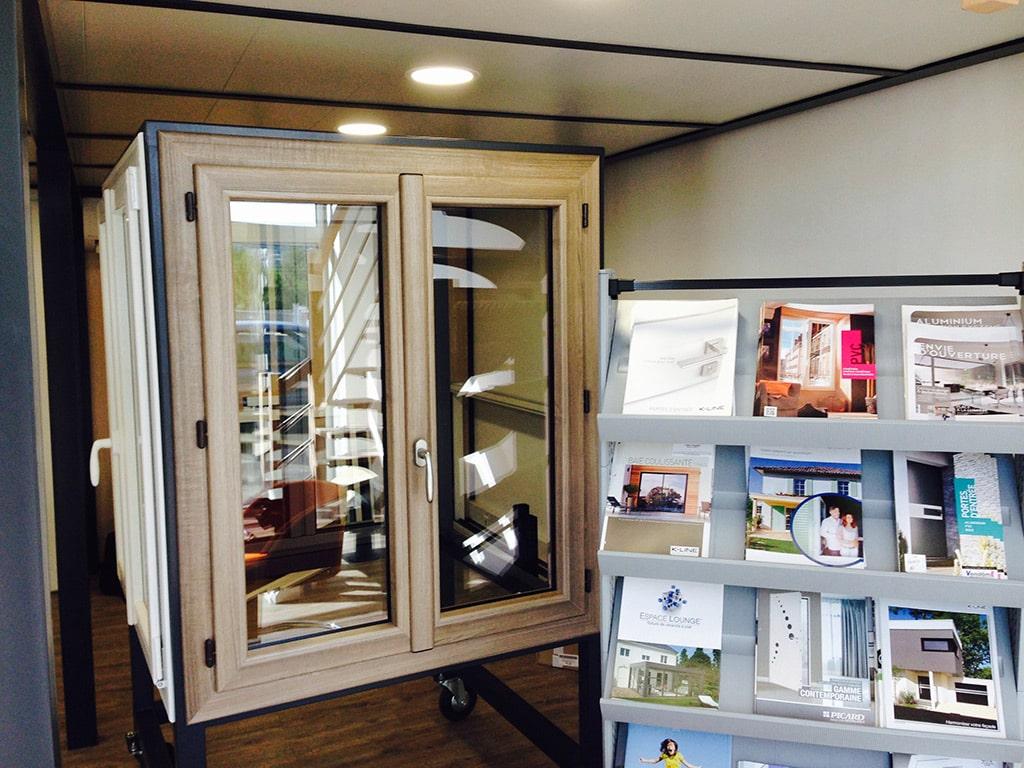 Fenêtre en bois et prospectus, Show-Room