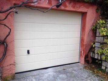 porte de garage sur mur rouge