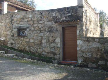 porte d'entrée et fenêtre en pvc sur mur en pierre