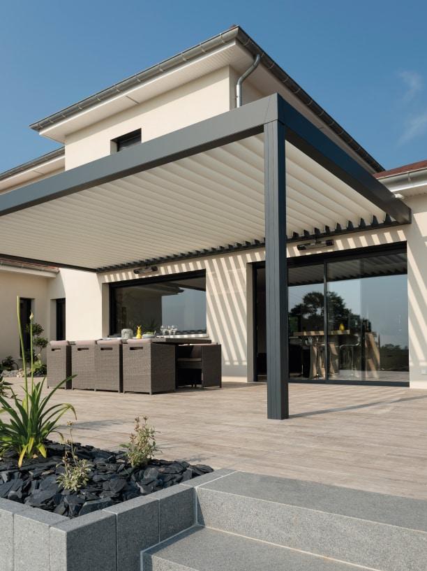 pergola blanche sur maison moderne