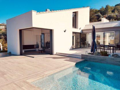 maison moderne avec baie vitrée en aluminium
