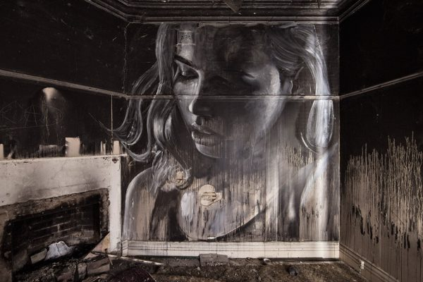 La bellezza fugace della street art di Rone- Volti di donna adornano edifici abbandonati.