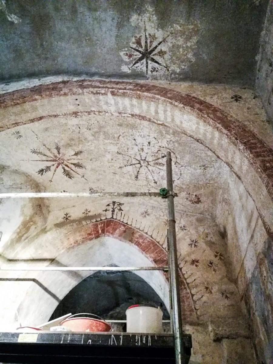 Particolare di affresco di una delle volte rinvenuto durante i restauri della Cripta di San Sepolcro Milano