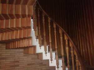 Miguel Farse: escalera en casa particular (baranda y forrado en madera de pared y forjado de escalones)
