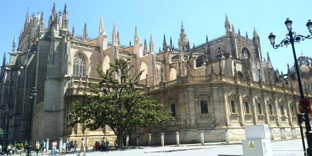 Arquitectura religiosa en Sevilla: Santa Iglesia Catedral -desde la avenida de la Constitución (Foto: Francisco Calvo)