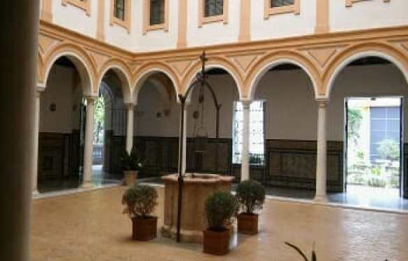 Patio del Aljibe. Detalle de la galería inferior, formada por arcos sobre columnas simples lisas