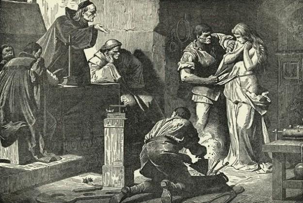 Proceso inquisitorial: en esta escena aparece junto a la mujer que sufre el proceso, un oficial que podría ser el fiscal que presenta la acusación, en el suelo está uno de los oficiales menores con utensilios para encender el fuego y en el estrado los Inquisidores (jurista y teólogo)