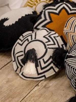 Arte y Tejido, Cojín Indore, Indore Cushion, Chorrera, Cojín, Cushion, Tejido, Knitted, Crochet, Natural Fibers, Algodón, Cotton, Fibras Naturales, Indore
