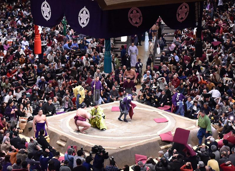 Tradisi Unik Melempar Zabuton Saat Pertandingan Sumo