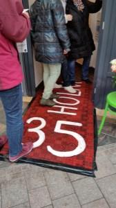 Besucher über'n roten Teppich
