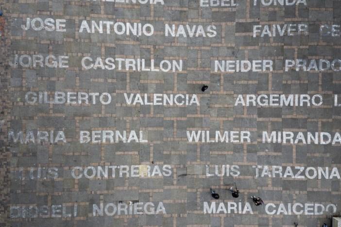 Doris Salcedo, Quebrantos (2019), na Plaza de Bolívar, Bogotá. Photo: Juan Fernando Castro.