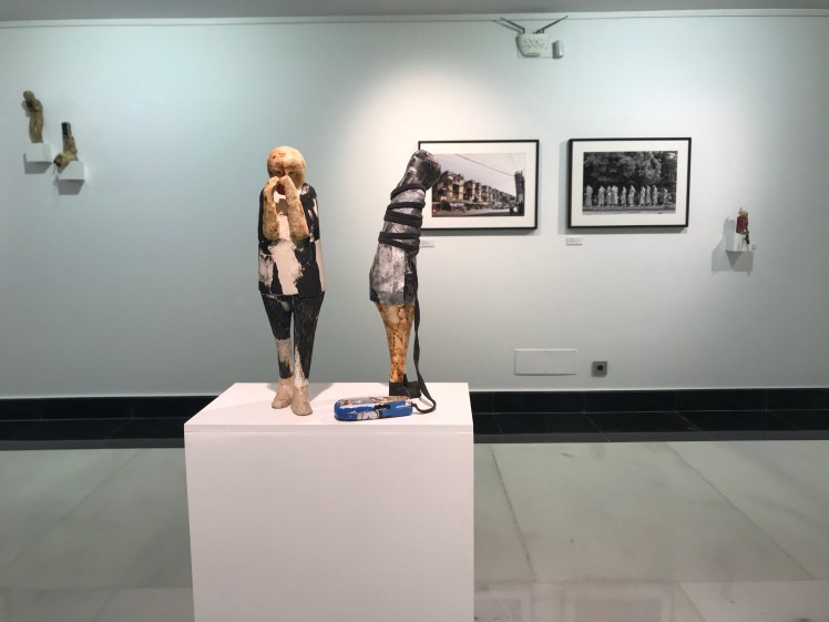 sculptures with view on photos Galeria Isolina Arbulu