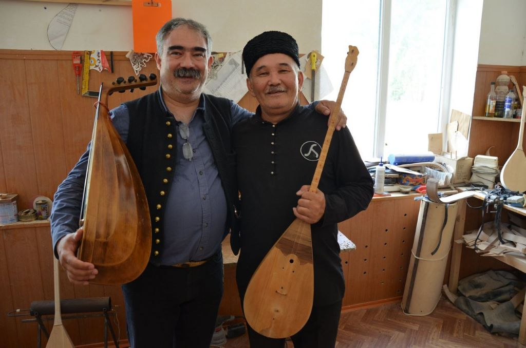 """We are all related!"" – A show featuring a Hungarian ethnomusicologist and Caucasian folk musicians"
