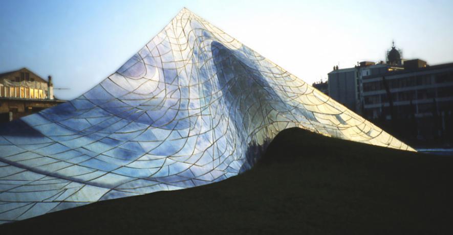 Sol I Ombra Park: Cel Caigut (Небо, що впало). 1987 - 92. Керамічна плитка, цемент, земля, трава. Барселона, Іспанія