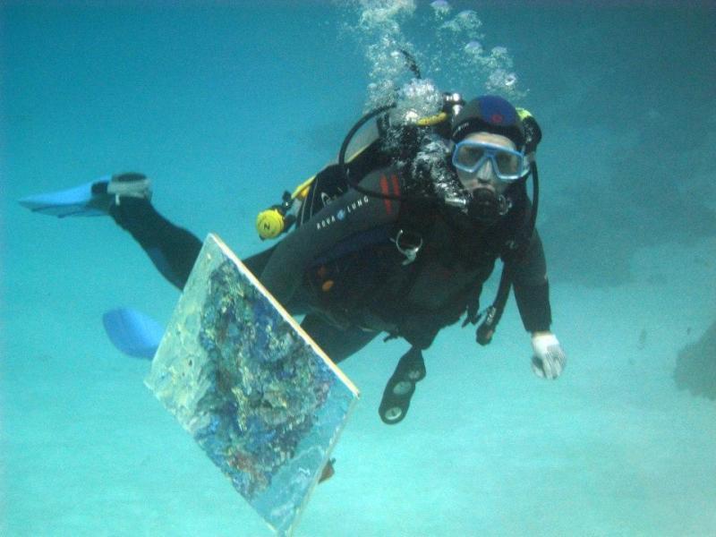 Олександр Бєлозор з новою роботою, написаною на глибині 19,6 м в Червоному морі