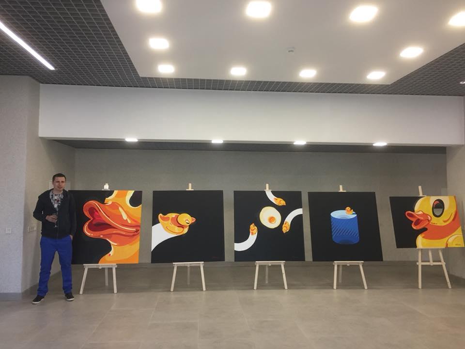 """Антоніо Шевченко біля серії своїх робіт """"Freedom"""""""