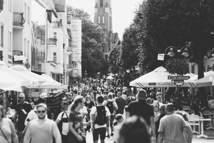 Πλήθος στη σύγχρονη πόλη
