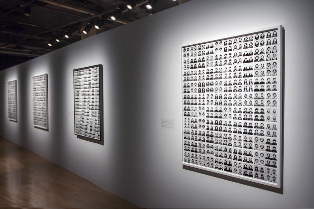 Tomoko Sawada, ID400, 1998. Vue d'installation, Le Mois de la Photo à Montréal 2013. Crédit photographique: Corina Ilea.