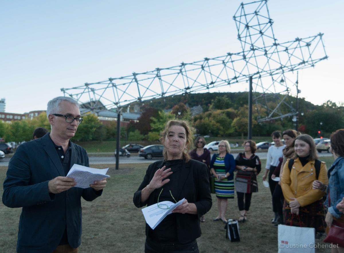 Les commissaires Nicolas Mavrikakis et Marthe Carrier lors de l'inauguration de <em>La croix du mont Royal</em>