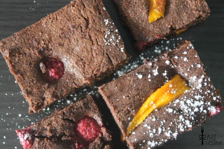 brownie tierno con mango y frambuesa