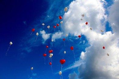 globos volando con forma de corazon