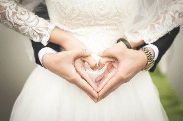manos de recien casados formando un corazon