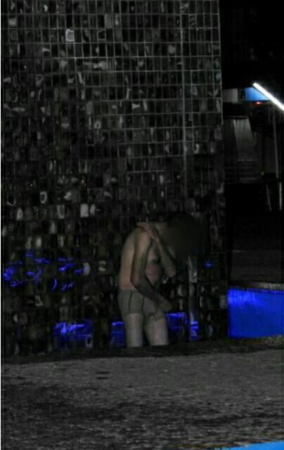 A pesar del frío se bañó en la fuente del monumento  al prócer