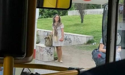 La vice presidenta de la República,Patricia Ayala esperando el ómnibus para regresar al Pinar