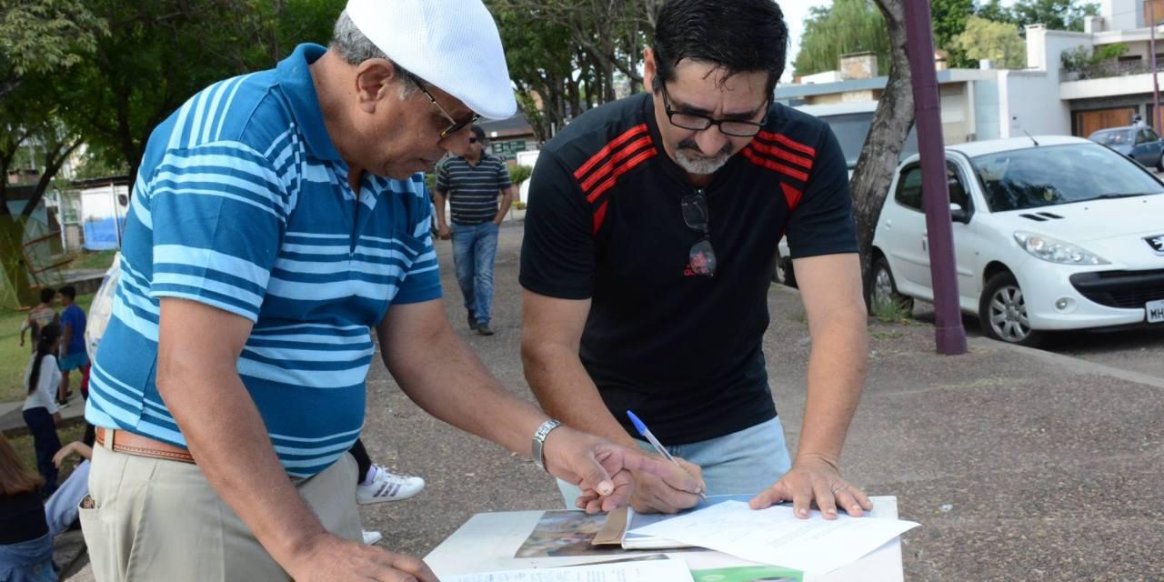 VECINOS JUNTAN FIRMAS EN LA CABECERA DEL PUENTE PARA QUE RETIREN BARRERA SANITARIA