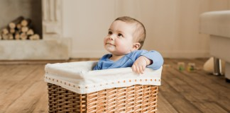 baby in een mandje