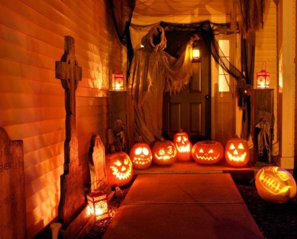 фенери за хелуин подредени пред входна врата има и фигура на смъртта и надгробни камъни
