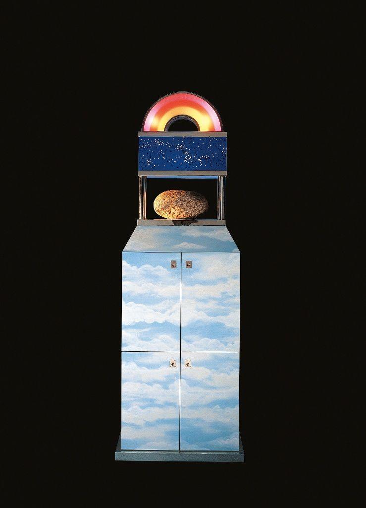 Edgardo Giménez, Mueble de la piedra, 1967, madera laminada, acero, acrílico, luz y una piedra, 230 cm. Cortesía: Galería María Calcaterra