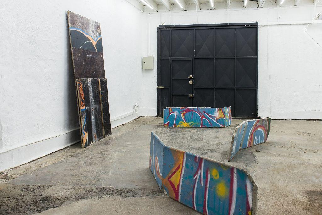 """Vista de la exposición """"Muro a suelo"""", de Alejandro Leonhardt, en Sagrada Mercancía, Santiago de Chile, 2016. Foto: Teresa Fischer"""