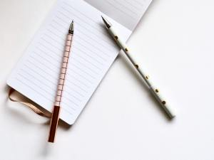 pink-and-white-ball-point-pens-867482 5