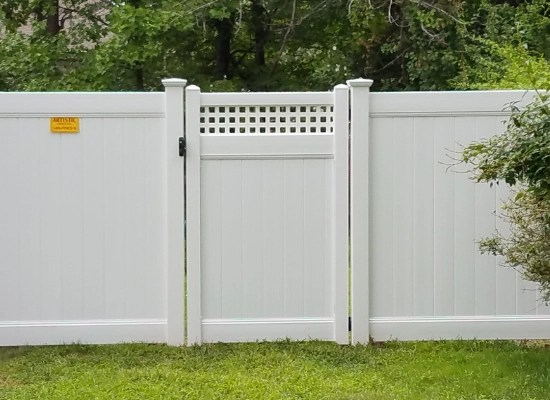 Solid white vinyl privacy gate with horizontal lattice top