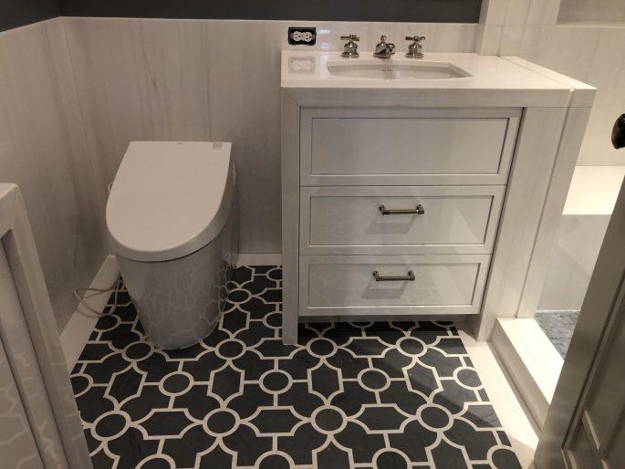 Bathroom in white dolomiti and gray bardiglio marble