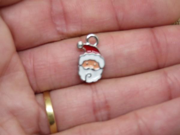 Pendentifs Père Noël 17mm métal émaillé rouge blanc - lot de 5
