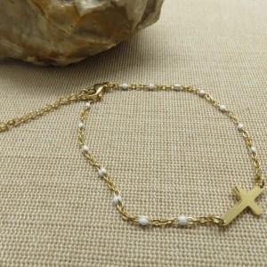 Bracelet croix dorée et petite perles blanche – bijoux cadeaux Femme
