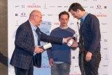 Ivo Mathe předává Cenu za nejlepší filmový plakát J. Karáskovi a L. Fišárkovi