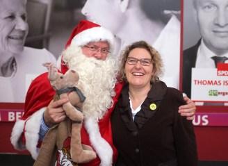Der Weihnachtsmann mit seiner Frau (und Fotografin)